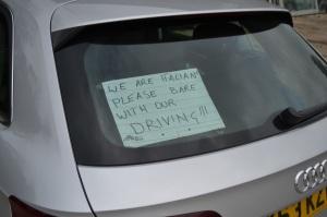 Per evitare di farci maledire sulle rotonde complicatissime della Cornovaglia abbiamo pensato di chiedere pazienza per la nostra guida italiana.... ha funzionato!